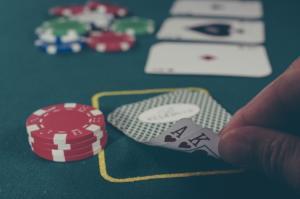 Maini Poker: Stop! Nu incepe jocul de poker pana nu citesti acest articol!